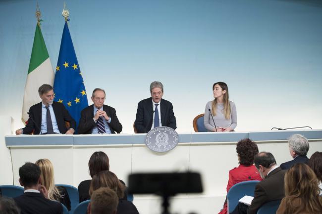 Il Presidente Gentiloni, i Ministri Padoan e Delrio e la Sottosegretaria Boschi in conferenza stampa al termine del Consiglio dei Ministri n. 23