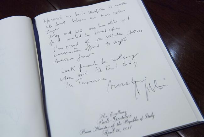 La firma di Gentiloni sul Libro d'onore della Casa Bianca