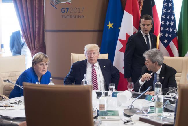 Gentiloni, Merkel e Trump durante la prima sessione di lavoro del Summit G7 Taormina