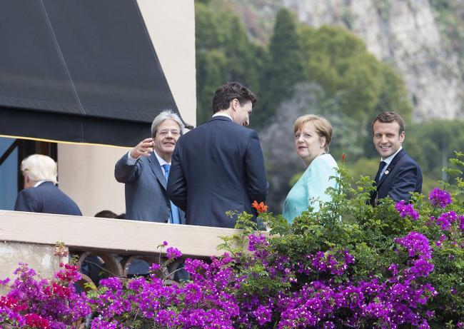 I Leader del Summit G7 in una pausa durante la seconda giornata di lavoro