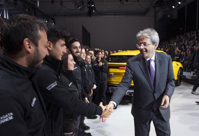 Gentiloni alla presentazione del nuovo modello Lamborghini