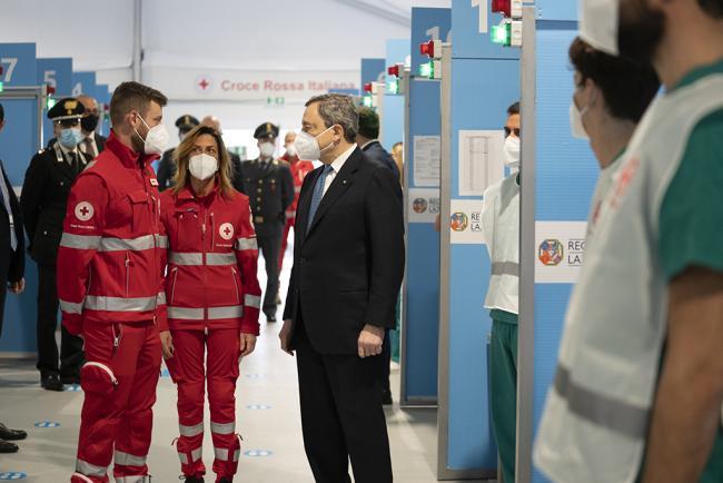 Draghi al centro vaccinale anti Covid di Fiumicino