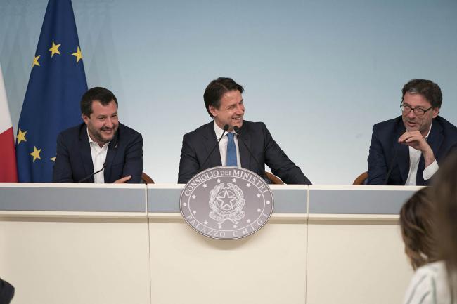 Il Vice Presidente Salvini, il Presidente Conte e il Sottosegretario Giorgetti in conferenza stampa