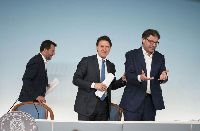 Il Vice Presidente Salvini, il Presidente Conte e il Sottosegretario Giorgetti al termine della conferenza stampa