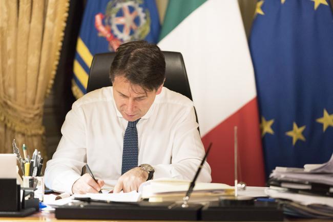 Il Presidente Conte nel suo studio prima delle dichiarazioni alla stampa