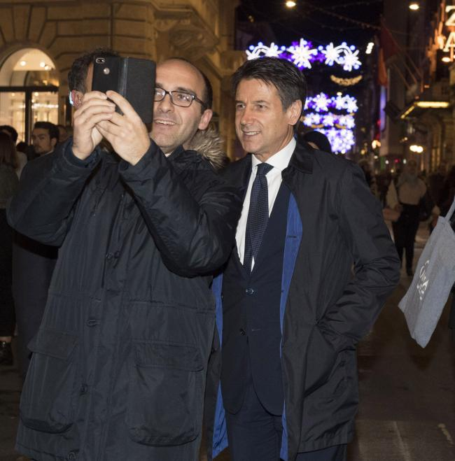 Il Presidente Conte in via del Corso a Roma