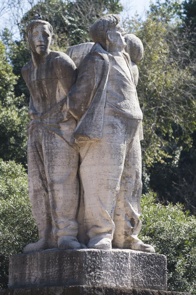 Il gruppo scultoreo all'ingresso del Mausoleo delle Fosse Ardeatine