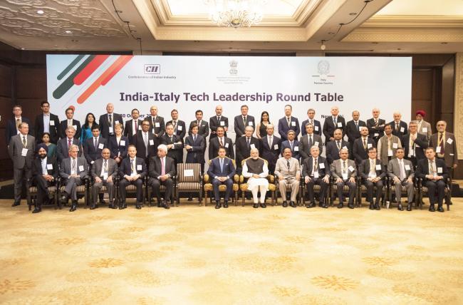 Foto di famiglia con imprenditori italiani e indiani