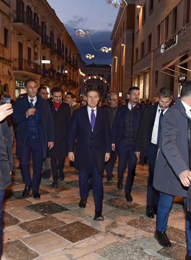 Il Presidente Conte passeggia nel centro di Matera
