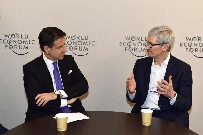 Il Presidente Conte con Tim Cook a Davos