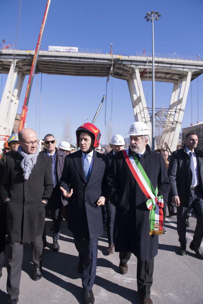 Il Presidente Conte assiste ai lavori per la demolizione del moncone ovest del Viadotto Morandi