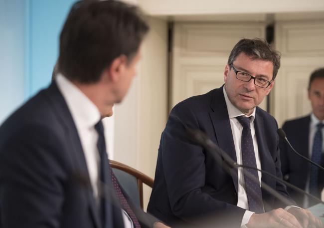 Consiglio dei Ministri n. 11, il Presidente Conte con il Sottosegretario Giorgetti in conferenza stampa