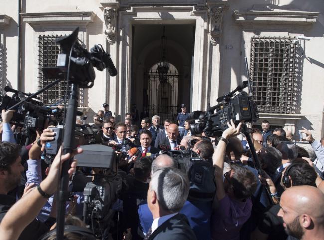 Il Presidente Conte con i giornalisti all'uscita da Palazzo Chigi