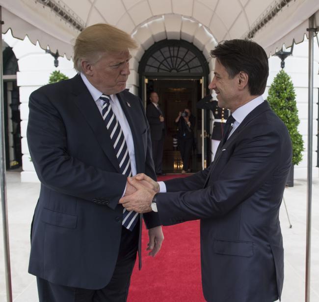 Il Presidente Conte saluta il Presidente Trump