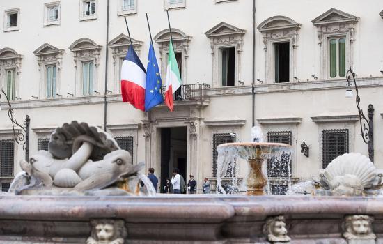Attacco a Nizza, bandiere a mezz'asta