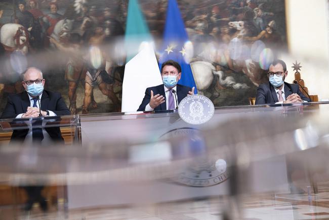 #DecretoRistori, conferenza stampa di Conte, Gualtieri e Patuanelli
