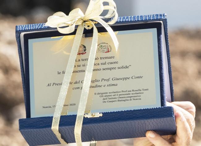 La targa donata al Presidente Conte dagli studenti