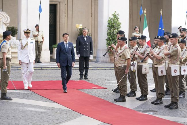 Il Presidente Conte riceve gli onori militari
