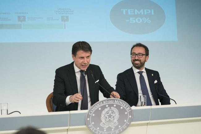 Il Presidente Conte e il Ministro Bonafede in conferenza stampa al termine del Consiglio dei Ministri