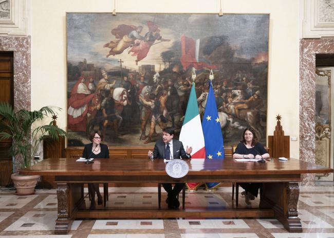 Il Presidente Conte con i Ministri Bonetti (Pari Opportunità e Famiglia) e Catalfo (Lavoro e Politiche Sociali) durante le dichiarazioni alla stampaal termine della riunione del Consiglio dei Ministri