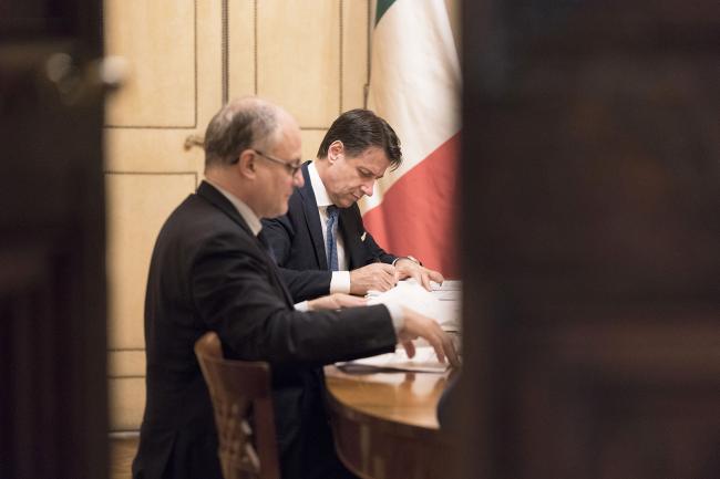 Il Presidente Conte e il Ministro Gualtieri prima della conferenza stampa al termine del Consiglio dei Ministri