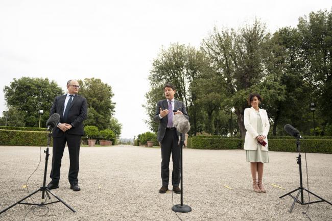 Progettiamo il Rilancio, il Presidente Conte con i Ministri Gualtieri e Pisano durante le dichiarazioni alla stampa