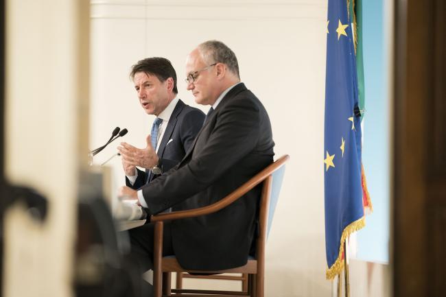 Il Presidente Conte e il Ministro Gualtieri in conferenza stampa al termine del Consiglio dei Ministri
