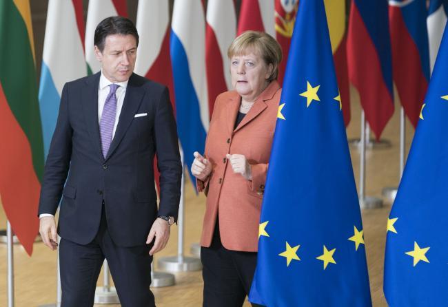 Consiglio europeo, il Presidente Conte con la Cancelliera Merkel
