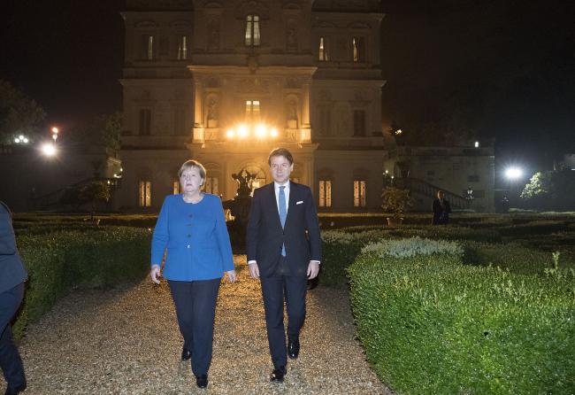 Il Presidente Conte e la Cancelliera Merkel nel giardino del Casino del Bel Respiro