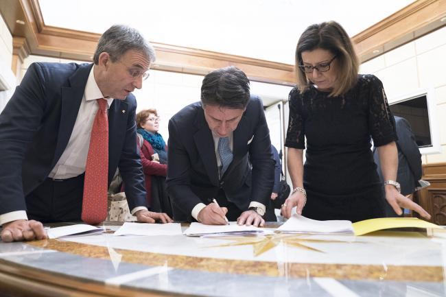 Il Presidente Conte e i Ministri Costa e De Micheli prima della conferenza stampa a