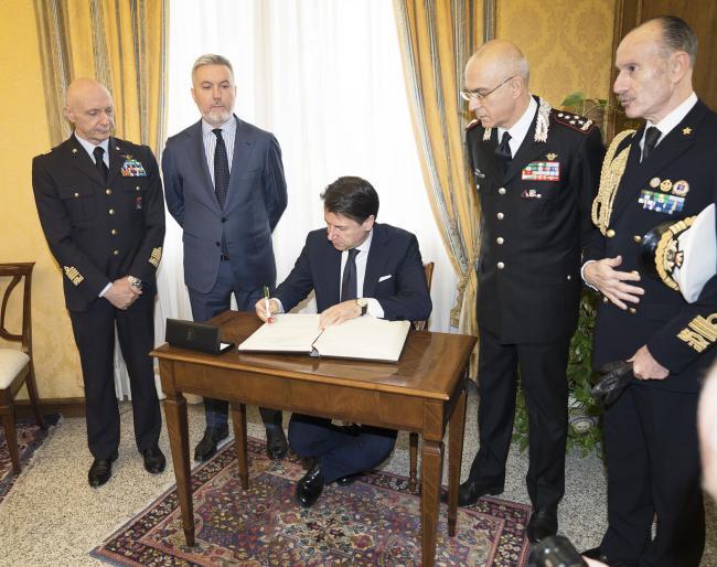 Il Presidente Conte firma il Registro d'Onore alla Scuola Ufficiali Carabinieri