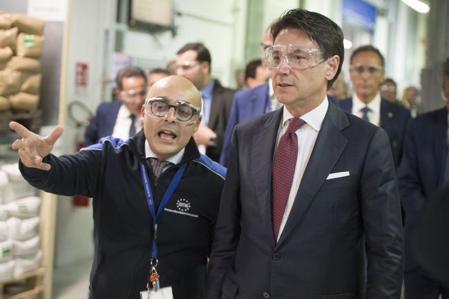 Conte in visita allo stabilimento di Ema (Europea microfusioni aerospaziali)